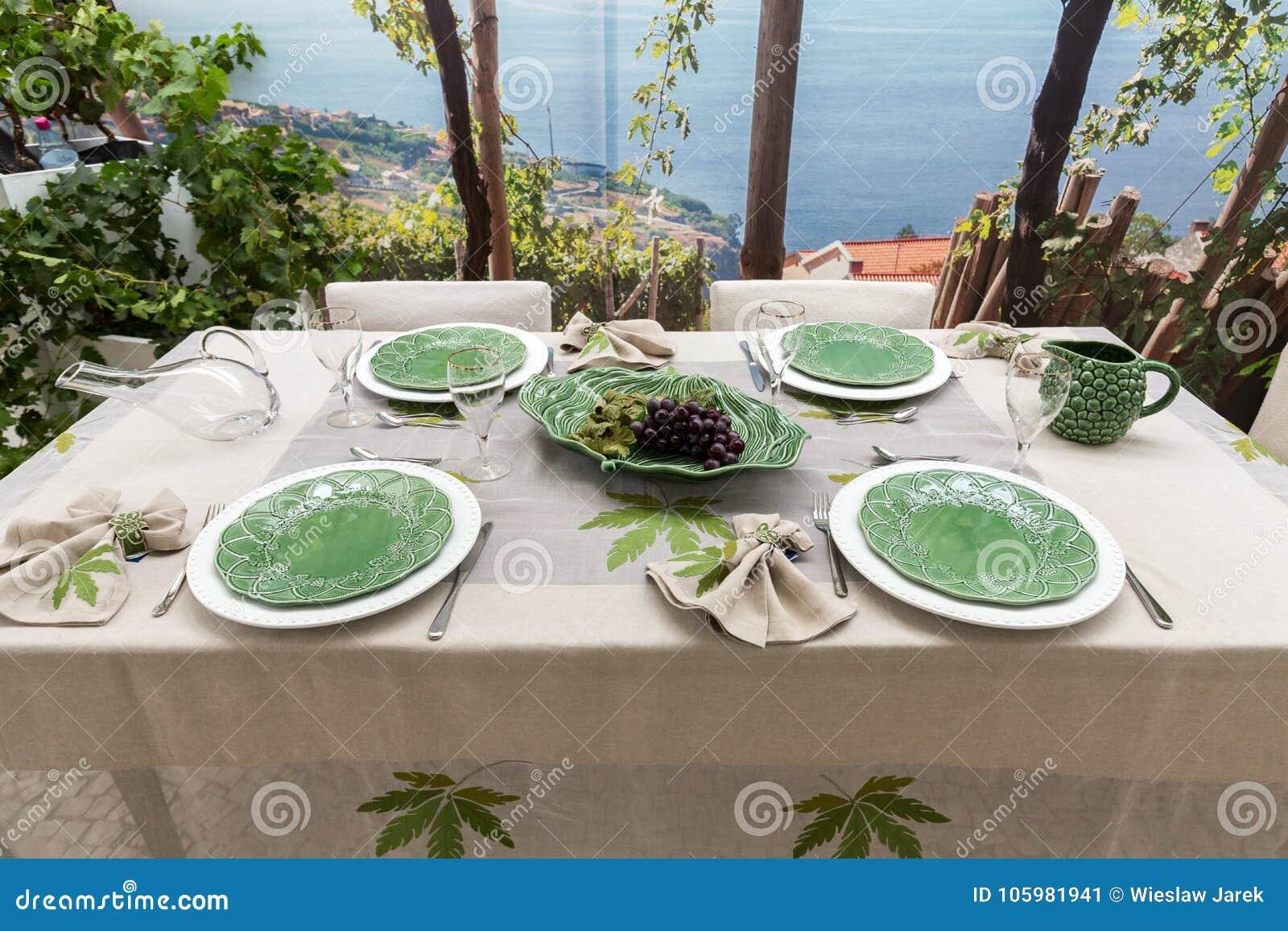 Smaczny i wyszukany przygotowany stół oczekuje przyjazd goście