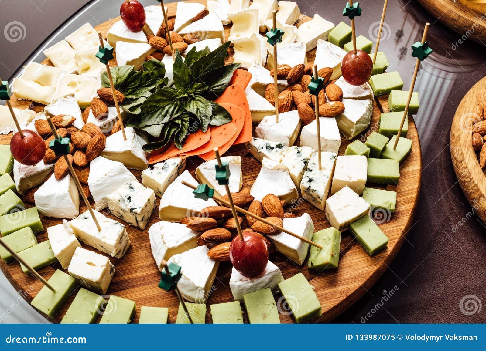Smaczny serowy naczynie Wyśmienicie ser na stole Stołowy setti