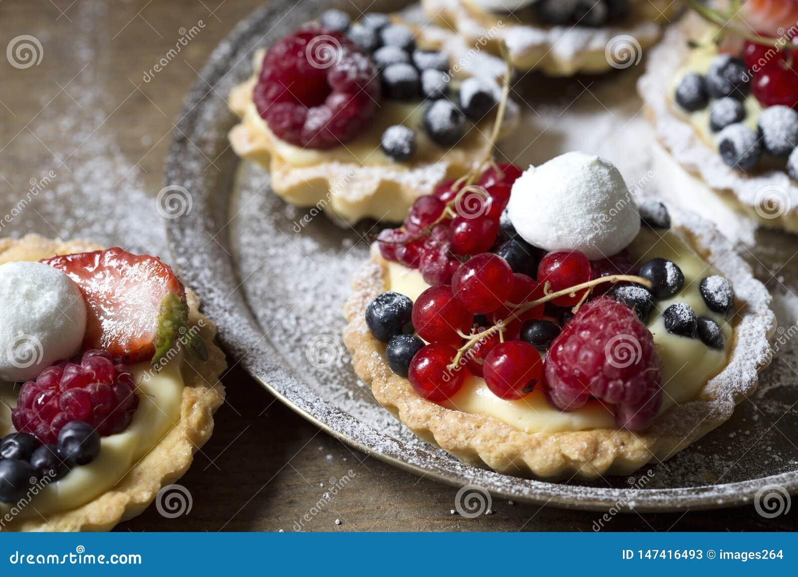 Smakelijk gebakje met vruchten
