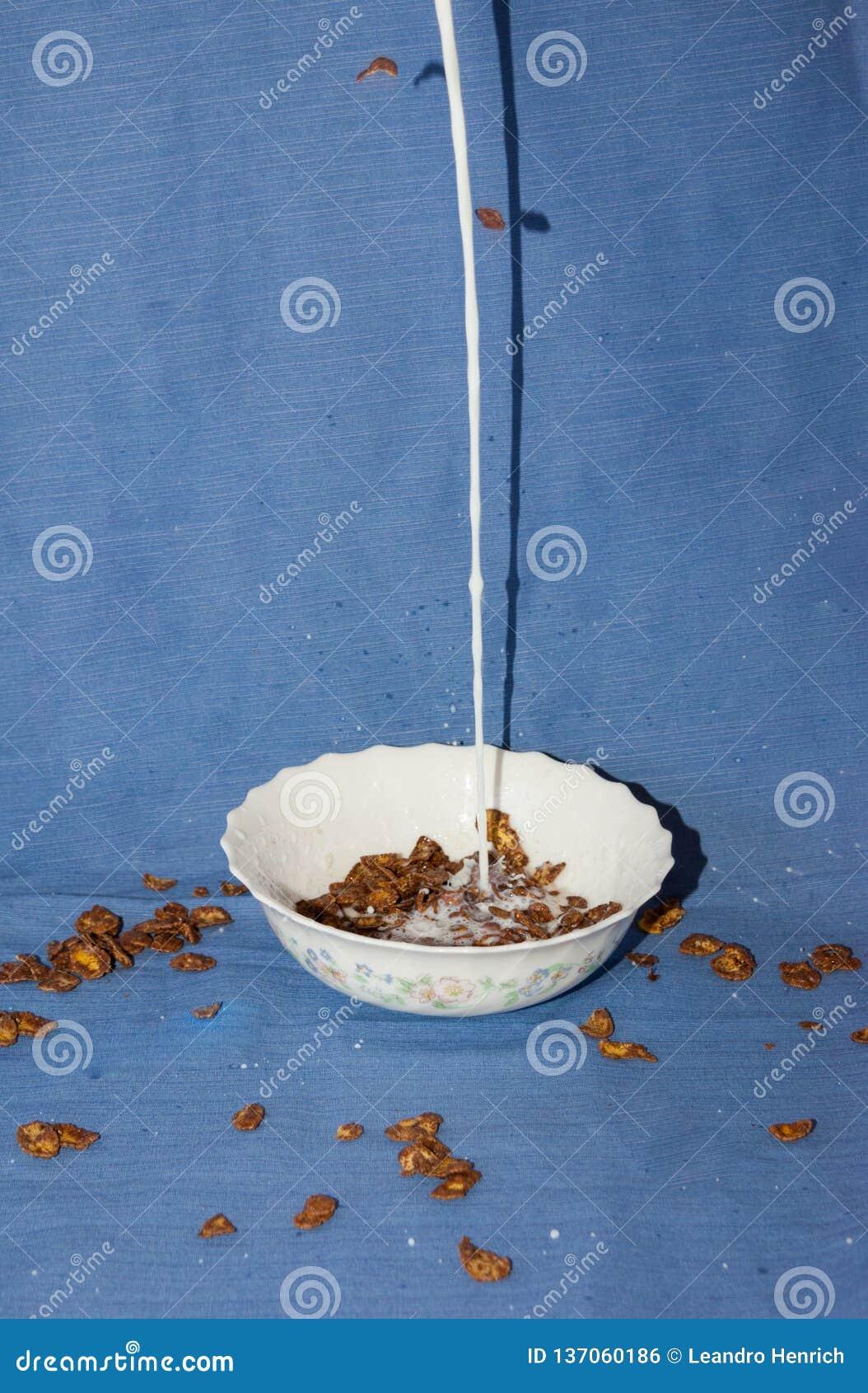 Smakelijk voedsel in weg het vallen