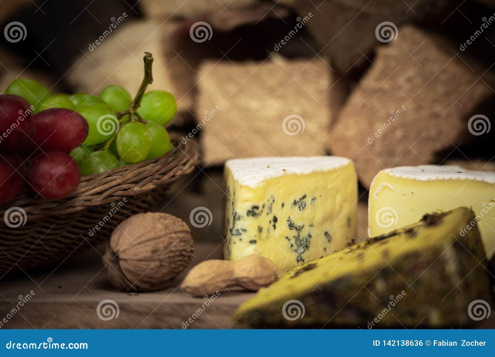 Smakelijk wijndiner met kaas en druiven
