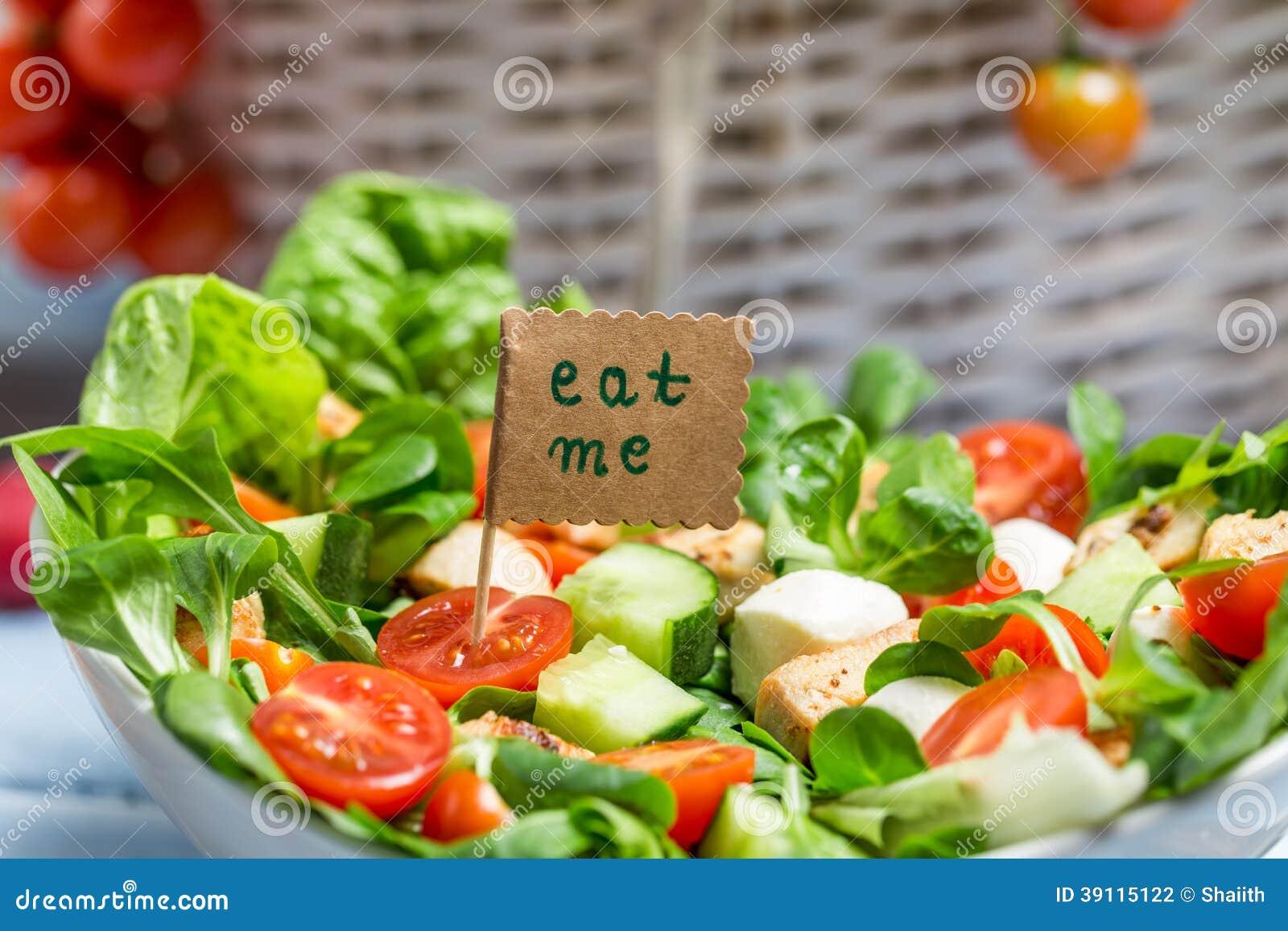 Smakelijke de lente plantaardige salade