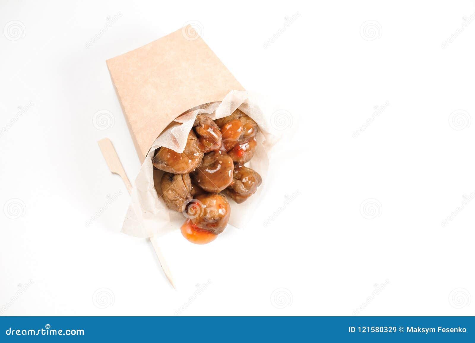 Smakelijke kastanjes met smakelijke saus op witte achtergrond