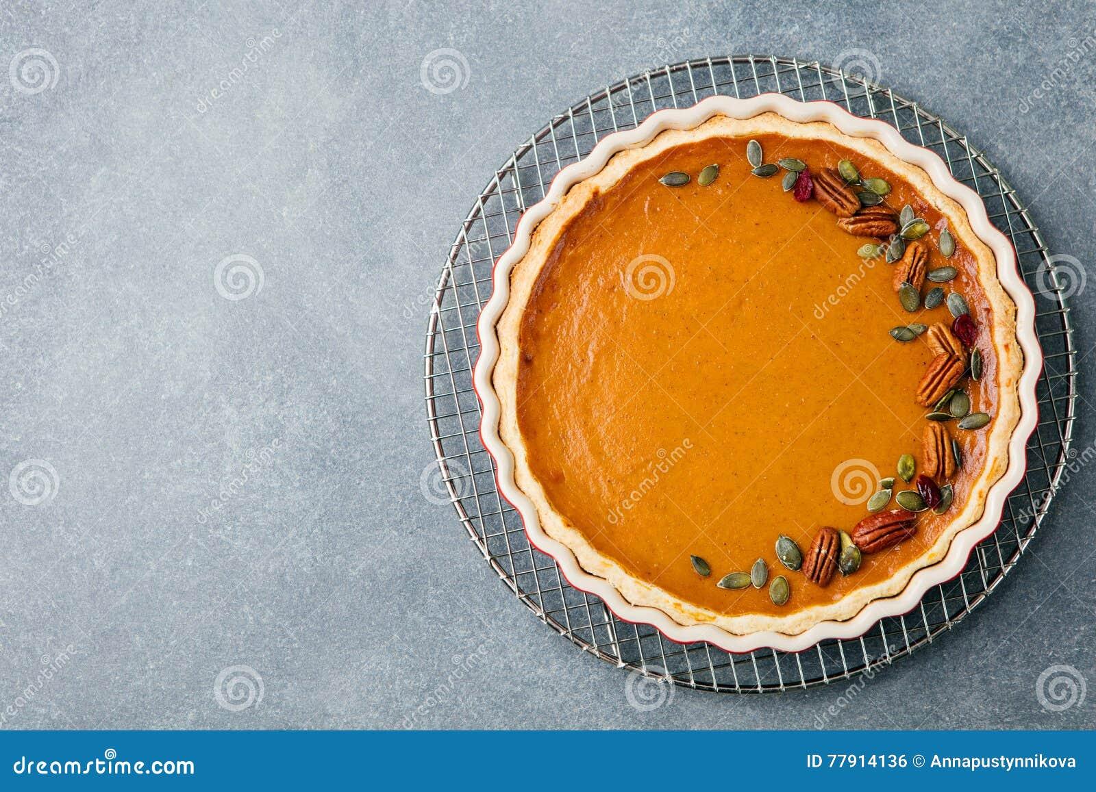 Smakelijke pompoenpastei, scherp gemaakt voor Thanksgiving day in een ruimte van het de meningsexemplaar van de bakselschotel Hoo