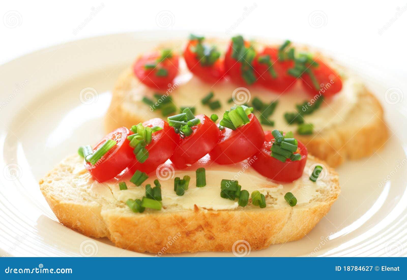 Smakelijke sandwich met roomkaas en tomaten