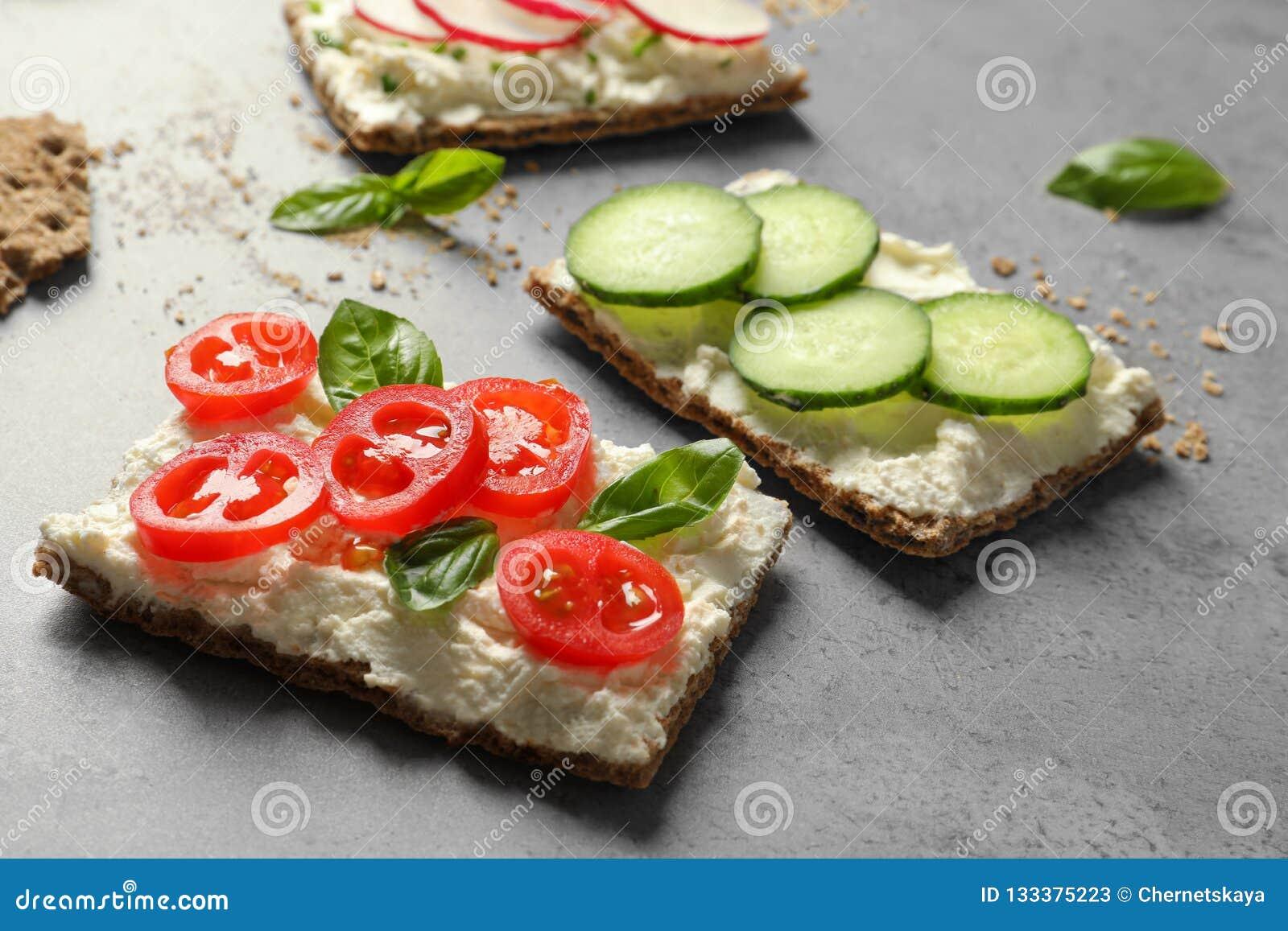Smakelijke snacks met roomkaas en groenten