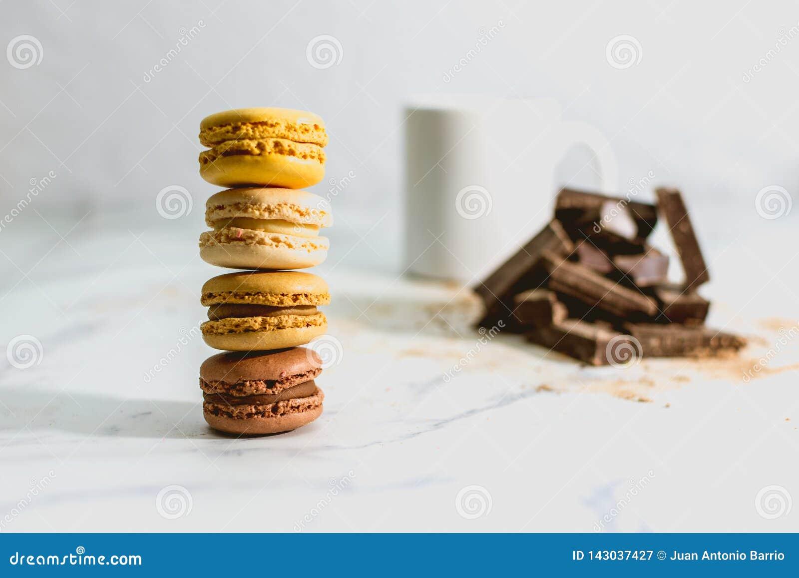 Smakelijke zoete macarons met kop van koffie op achtergrond