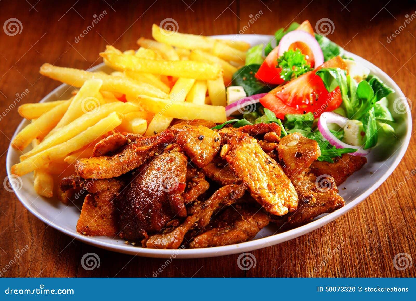 Smaklig målkombination av kött, småfiskar och Veggies