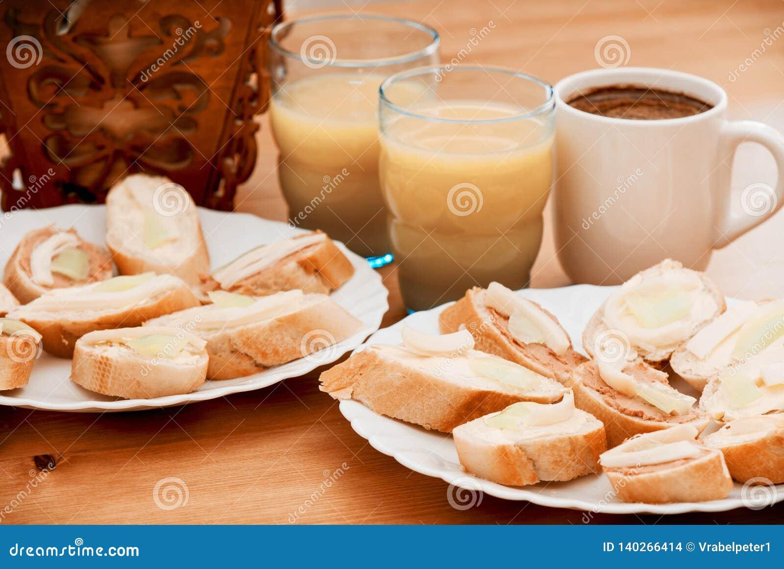 Smakliga canapes med fruktsaft och kaffe