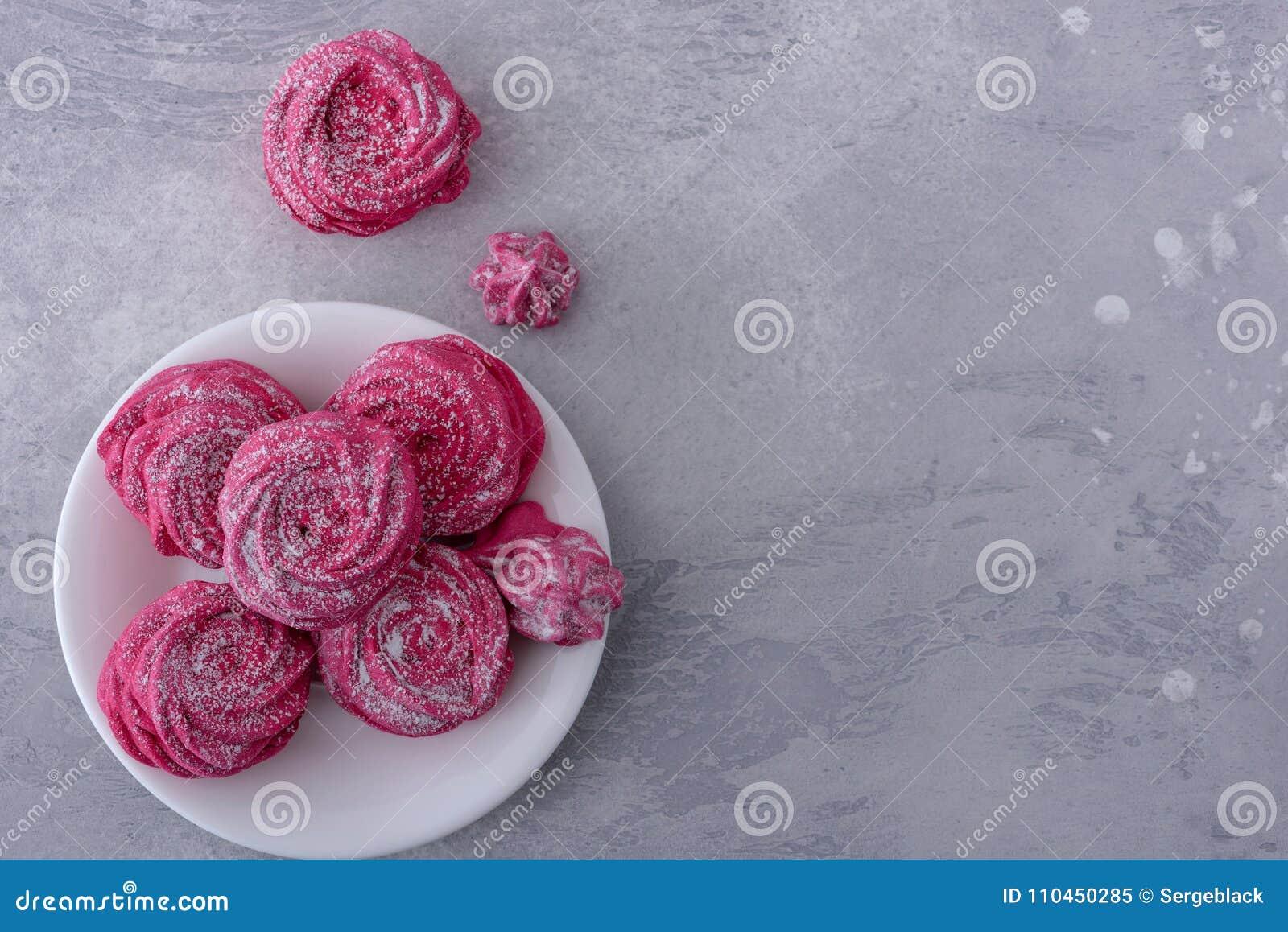 Smakliga marängkakor på plattan
