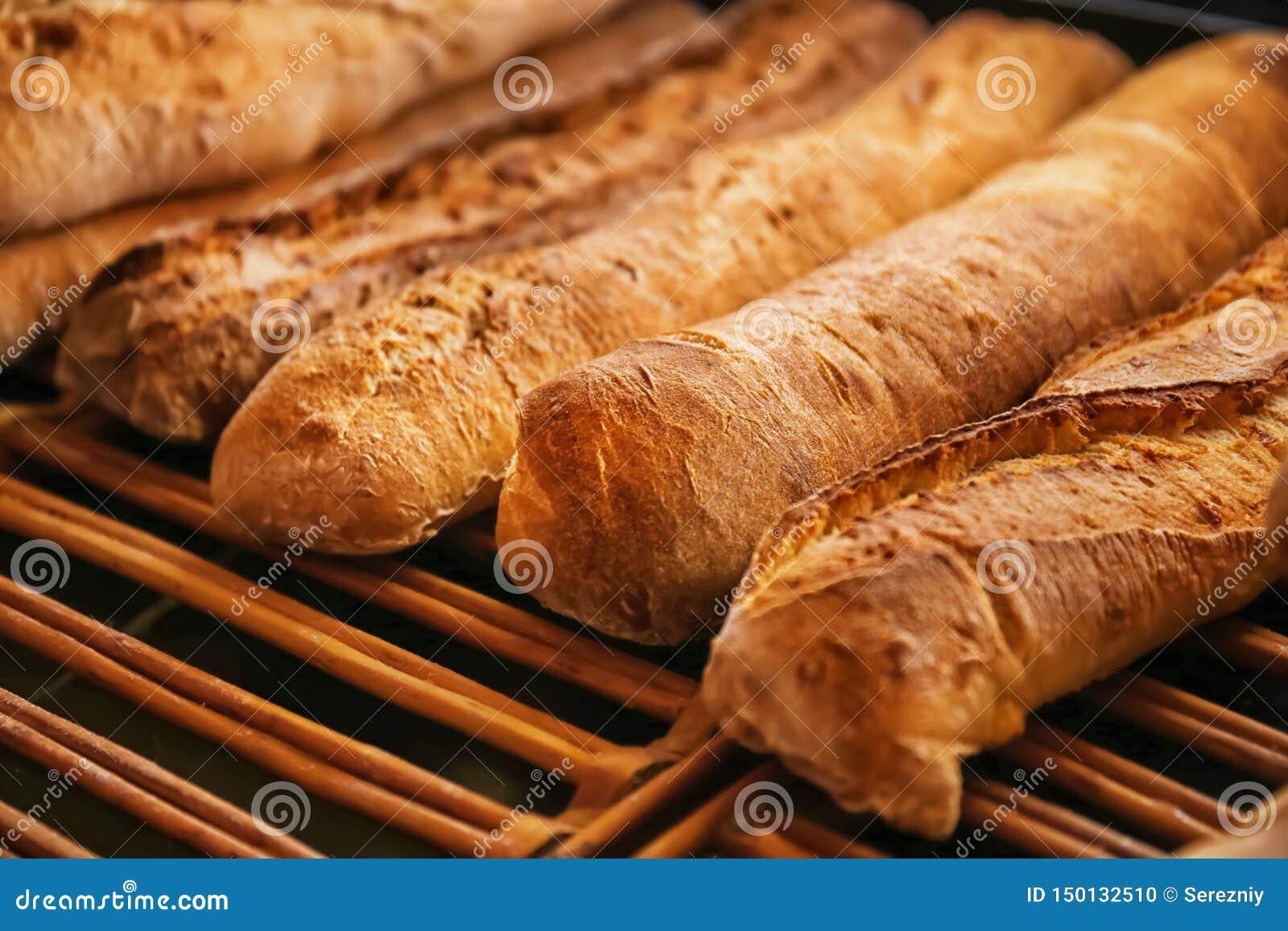 Smakligt bröd på hylla i bageri