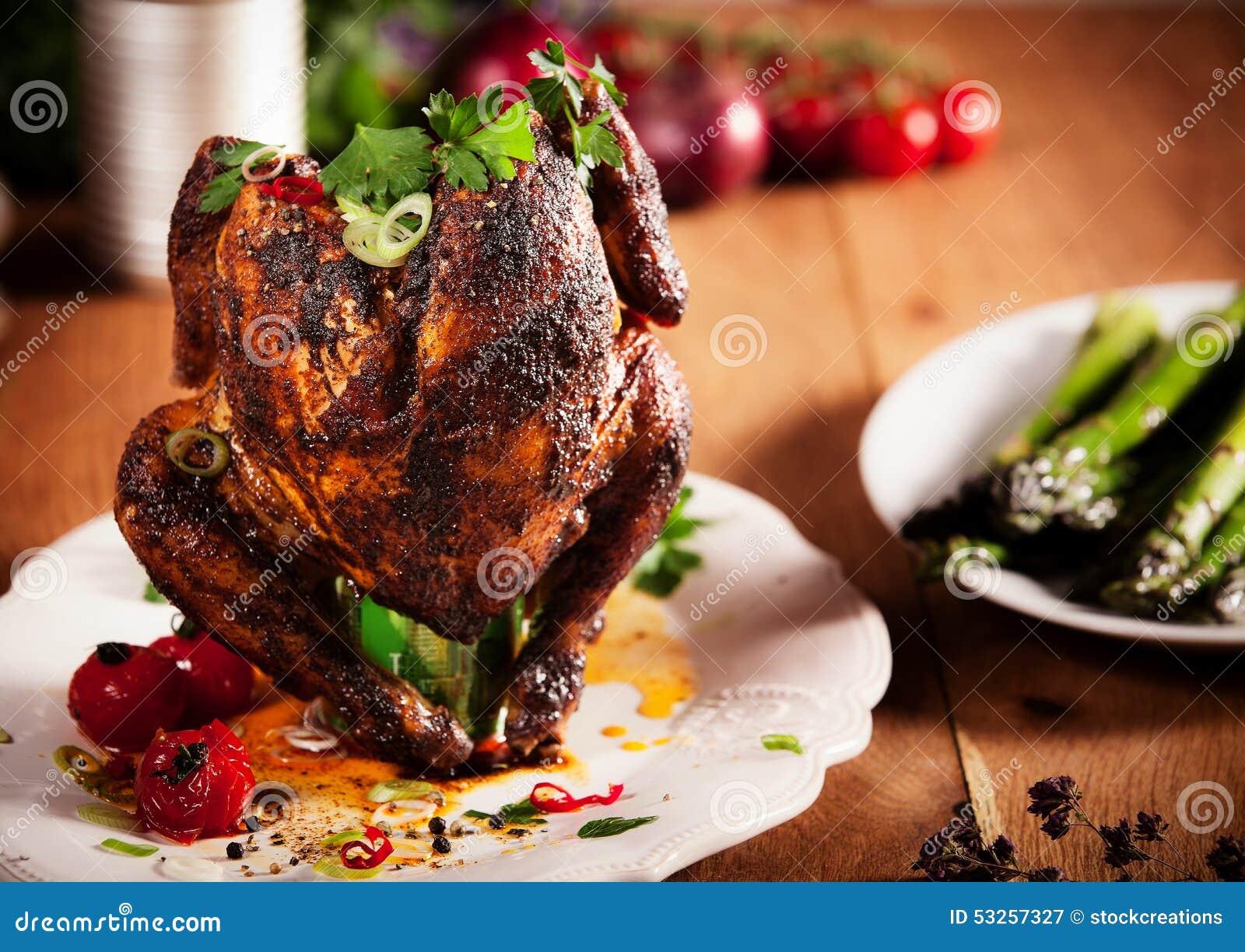Smakosz Piec na grillu Całego piwnej puszki kurczaka na Białym talerzu
