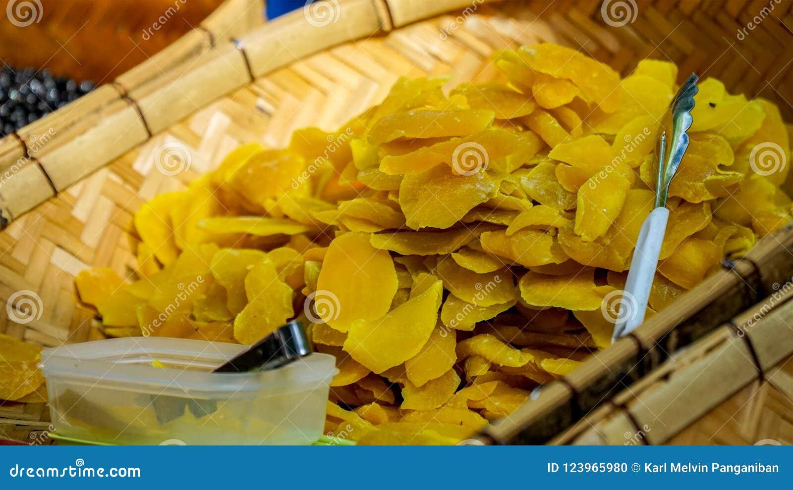 Smakowici i świezi wysuszeni mango