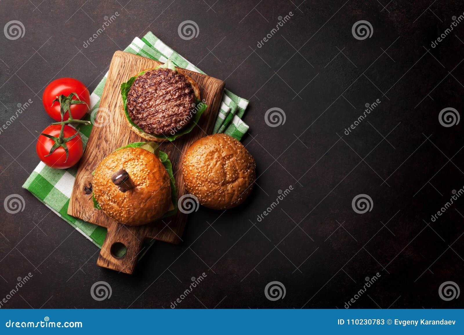Smakowici piec na grillu domowi robić hamburgery