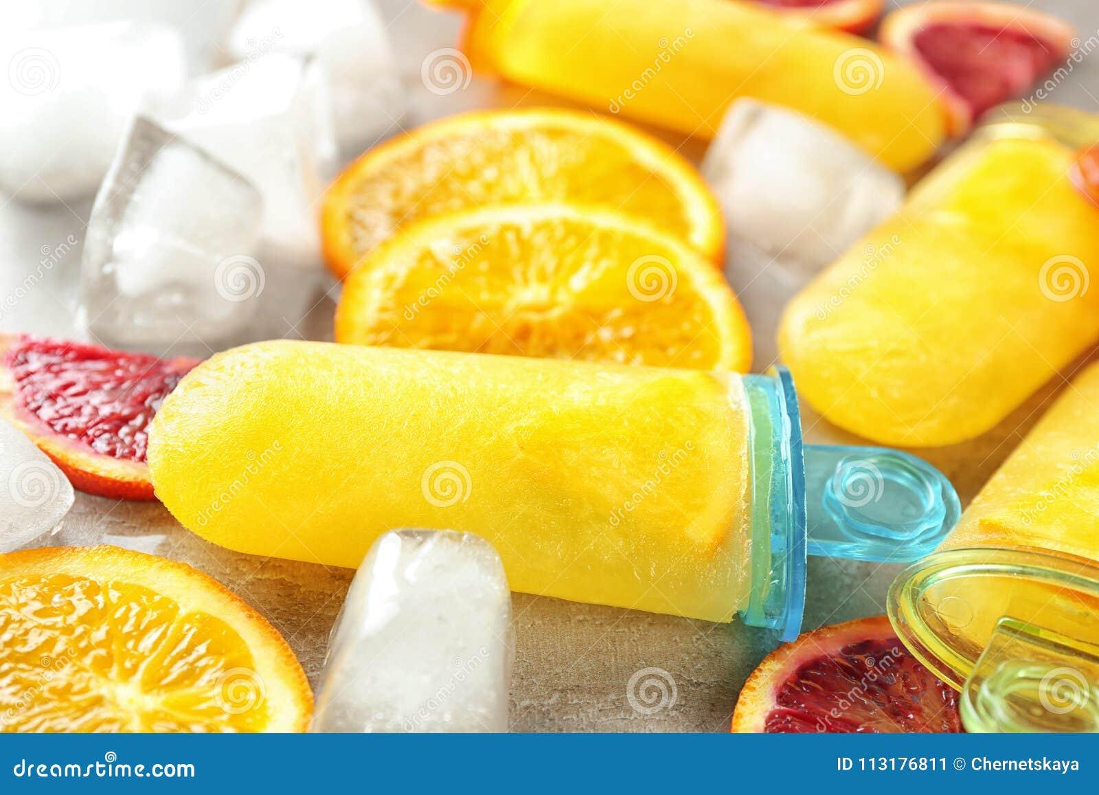 Smakowici popsicles z kostkami lodu i cytrusów plasterkami,