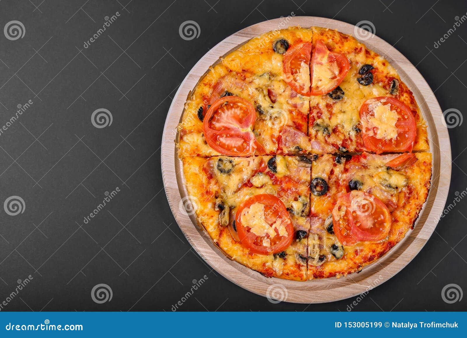Smakowita pizza na czarnym tle Odgórny widok gorąca pizza Mieszkanie nieatutowy sztandar