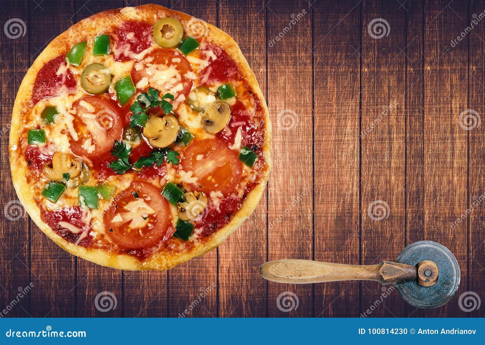 Smakowita Włoska pizza na drewnianym stole