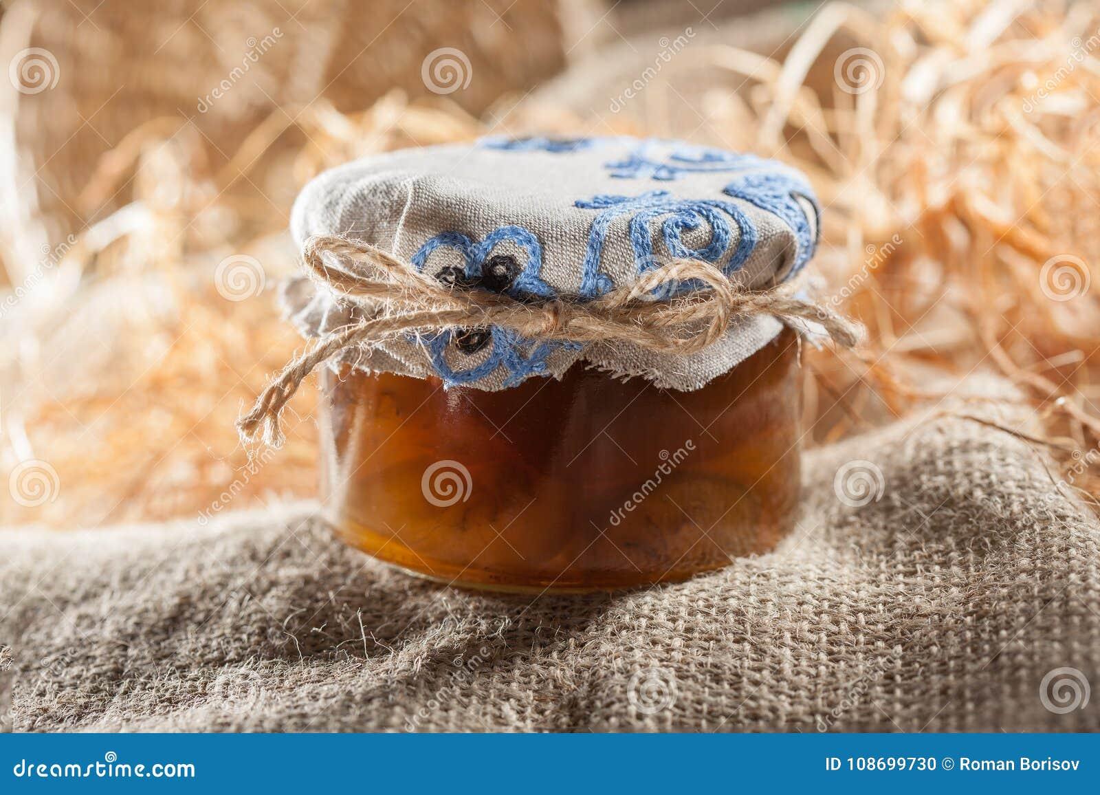 Smakowity dżem w szkle zgrzyta z kasztanami w sianie Sezonowy karmowy temat 1 życie wciąż
