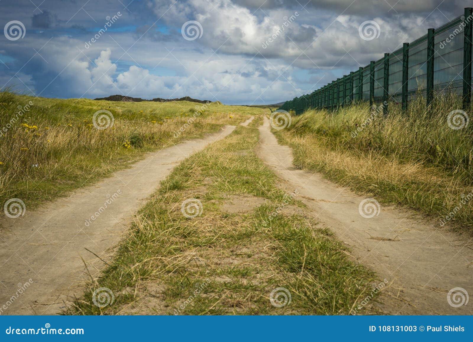Smal körbanaspring längs den Carrickfinn flygplatsen Co Donegal