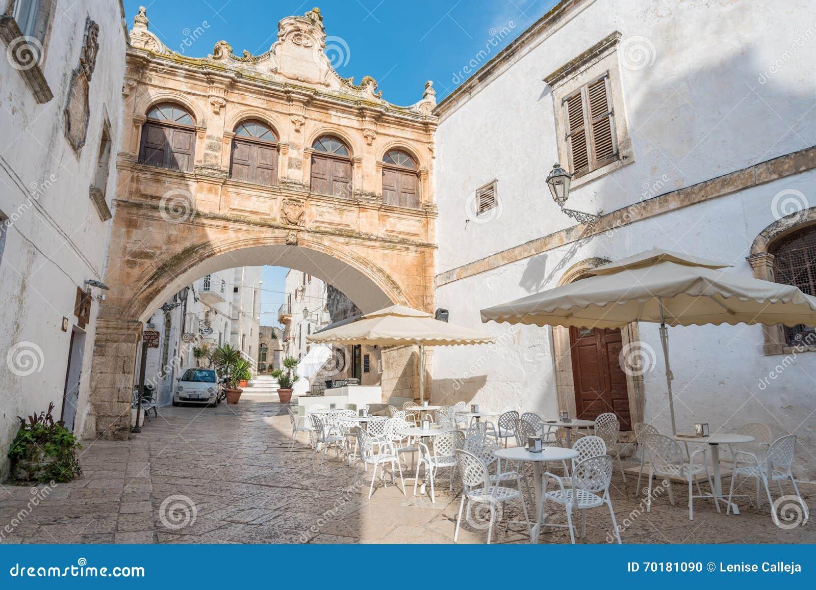 Smala gator av Ostuni, Italien