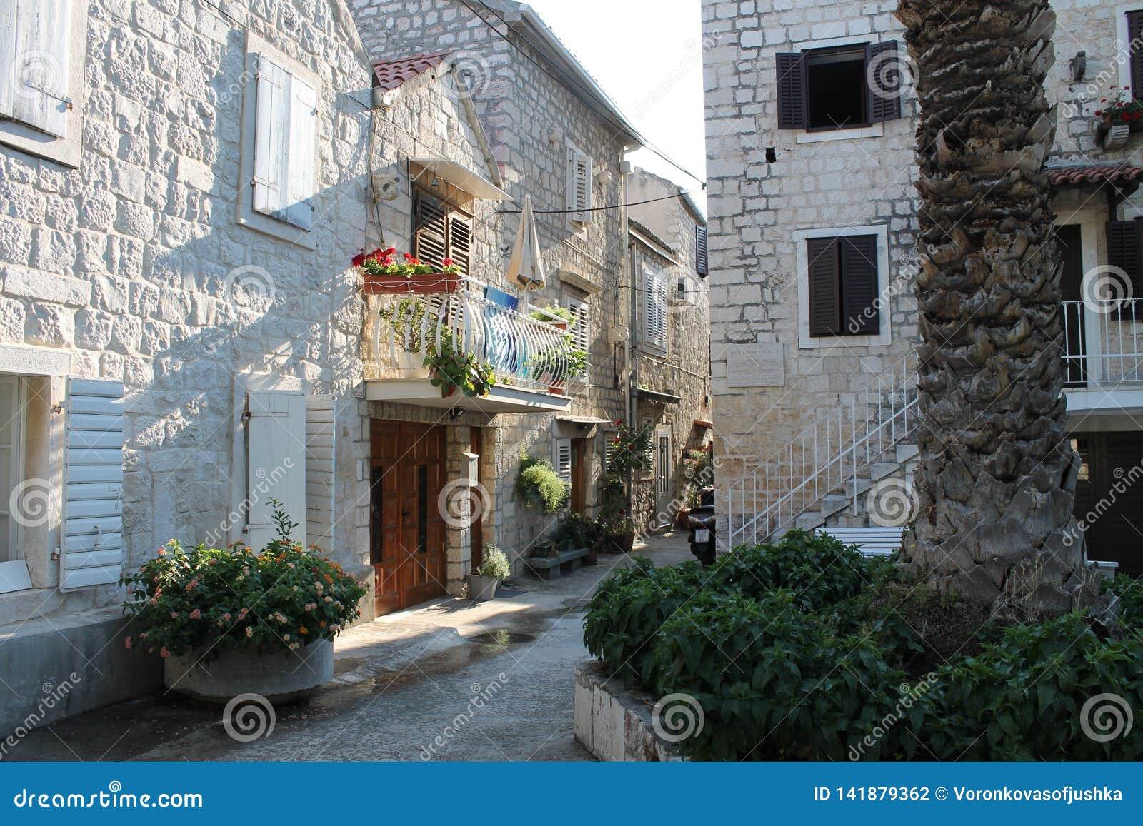 Smala gator av Trogir, Kroatien med vit stenar hus i den gamla staden