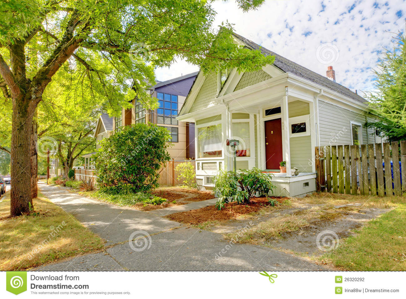Small Cute Craftsman American House Stock Photo   Image Of Large, Door:  26320292