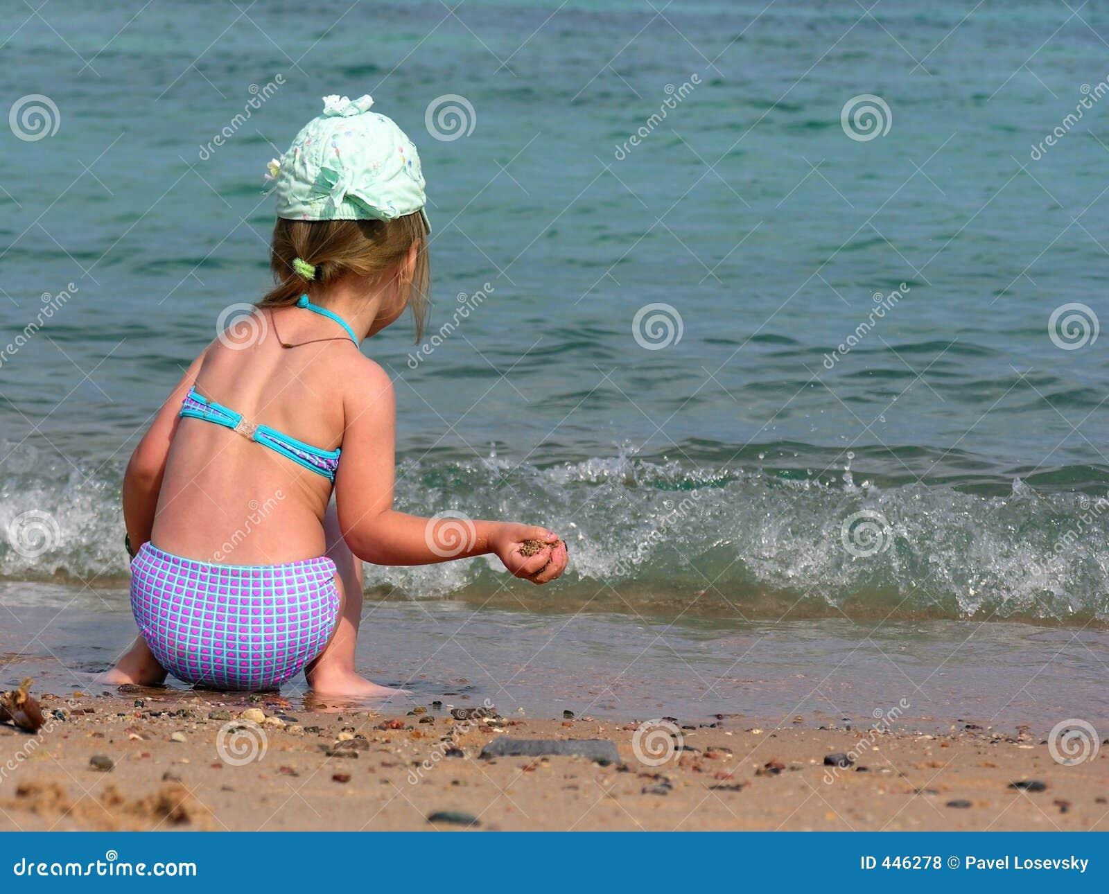 Фото маленькие девочки на пляже 7 фотография
