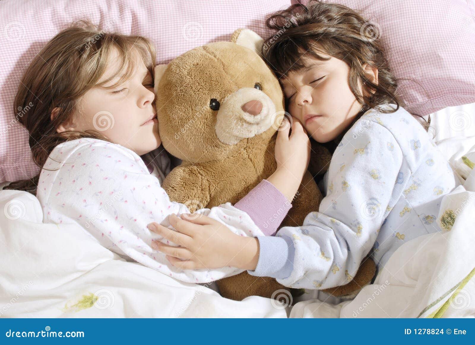Трахнул красивую сестру пока она спала, У брата и сестры одна комната на двоих - видео ролик 25 фотография