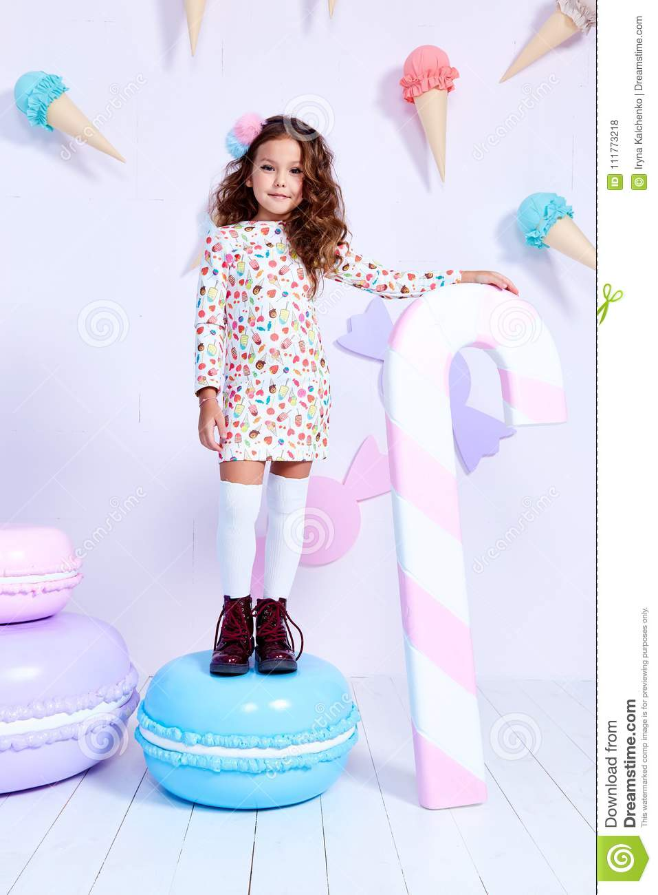 b87297066 Small Little Girl Beautiful Lady Curly Hair Child Wear Funny Clothes ...