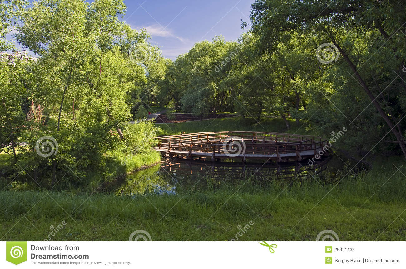 A Small Pond In The City Stock Photos Image 25491133