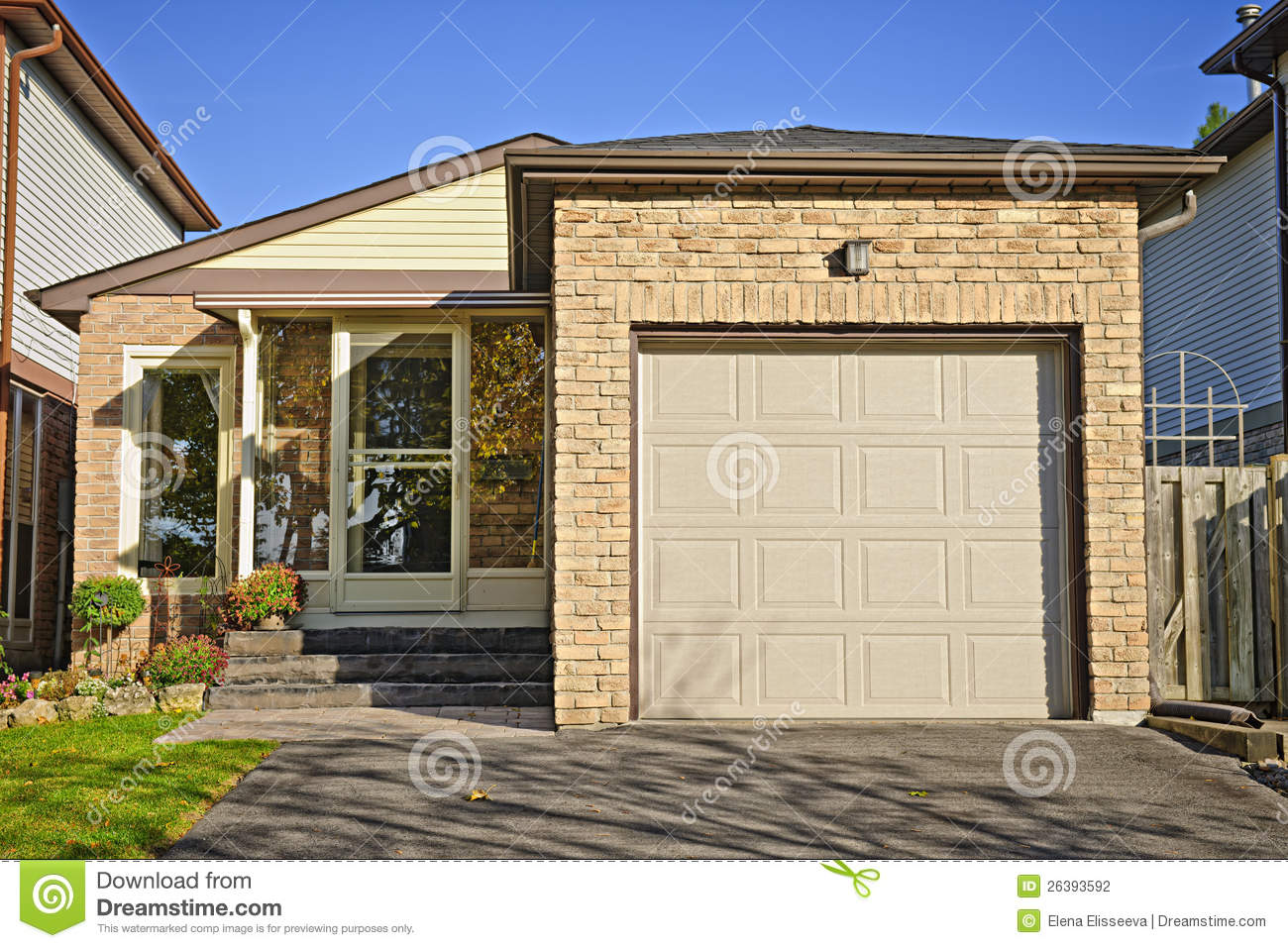 Small starter home stock photography image 26393592 for Small starter homes