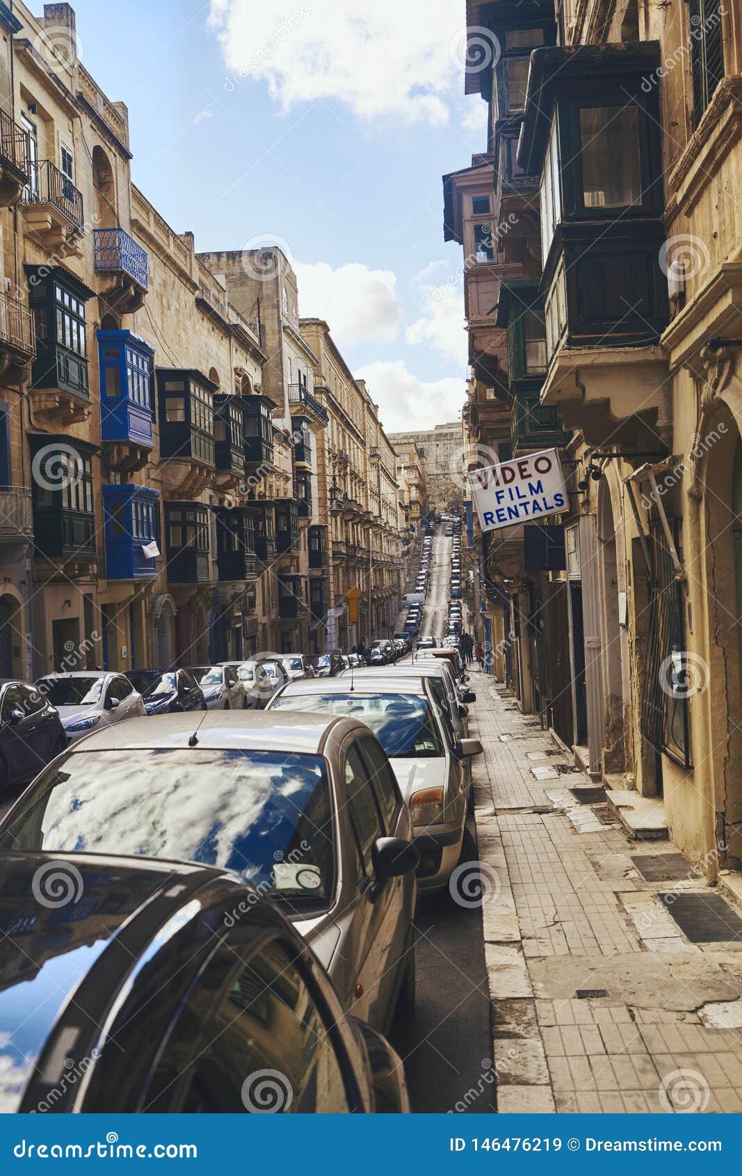 Smalle die straat met auto s wordt gevoerd