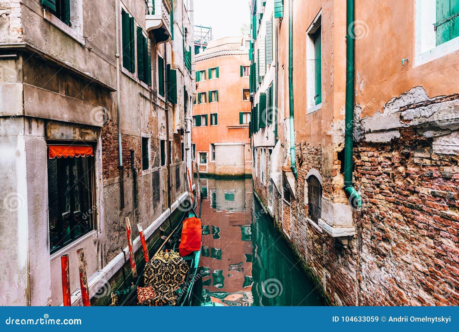 Download Smalle Kanalen Van Venetië Italië Stock Afbeelding - Afbeelding bestaande uit europa, toerisme: 104633059