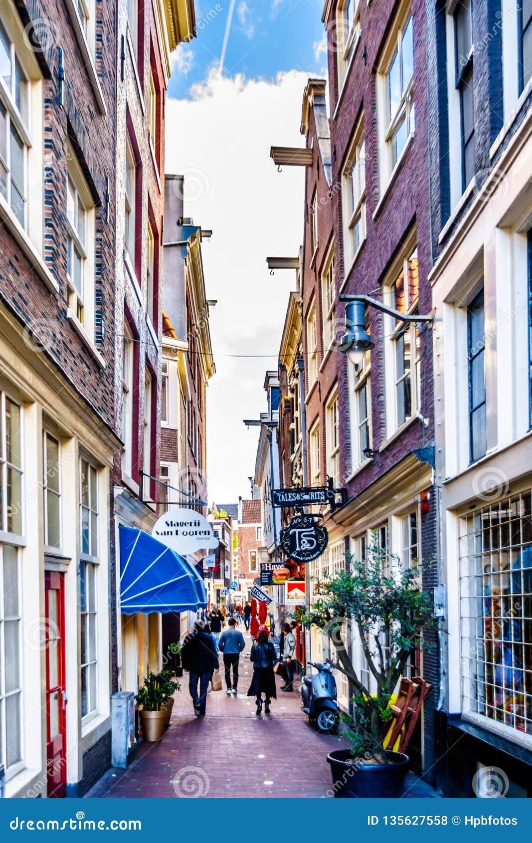 Smalle stegen en het winkelen straten in Amsterdam inHolland
