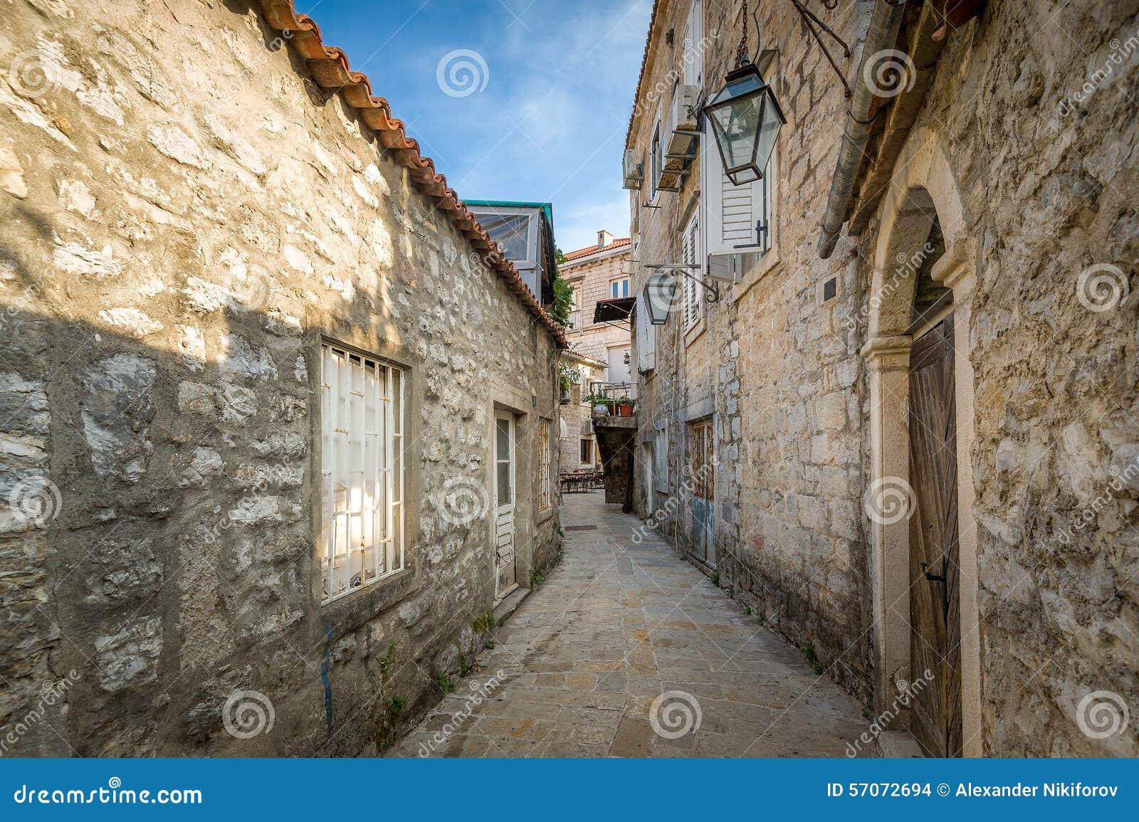 Smalle straat van de Budva de oude vesting