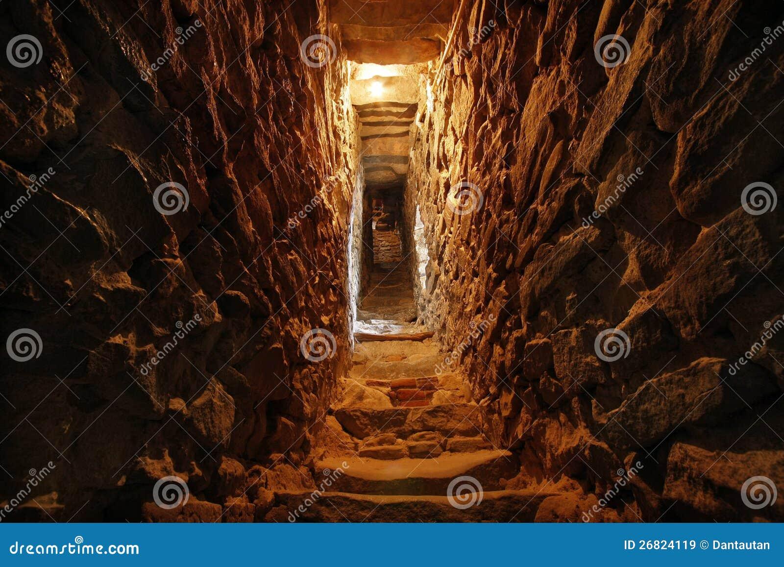 Smalle tunnel in de muur