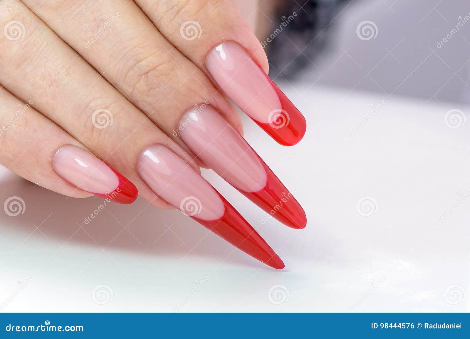 Smalto di chiodo Art Manicure Smalto nero rosso di pendenza di stile moderno Mani di bellezza con i chiodi d avanguardia variopin