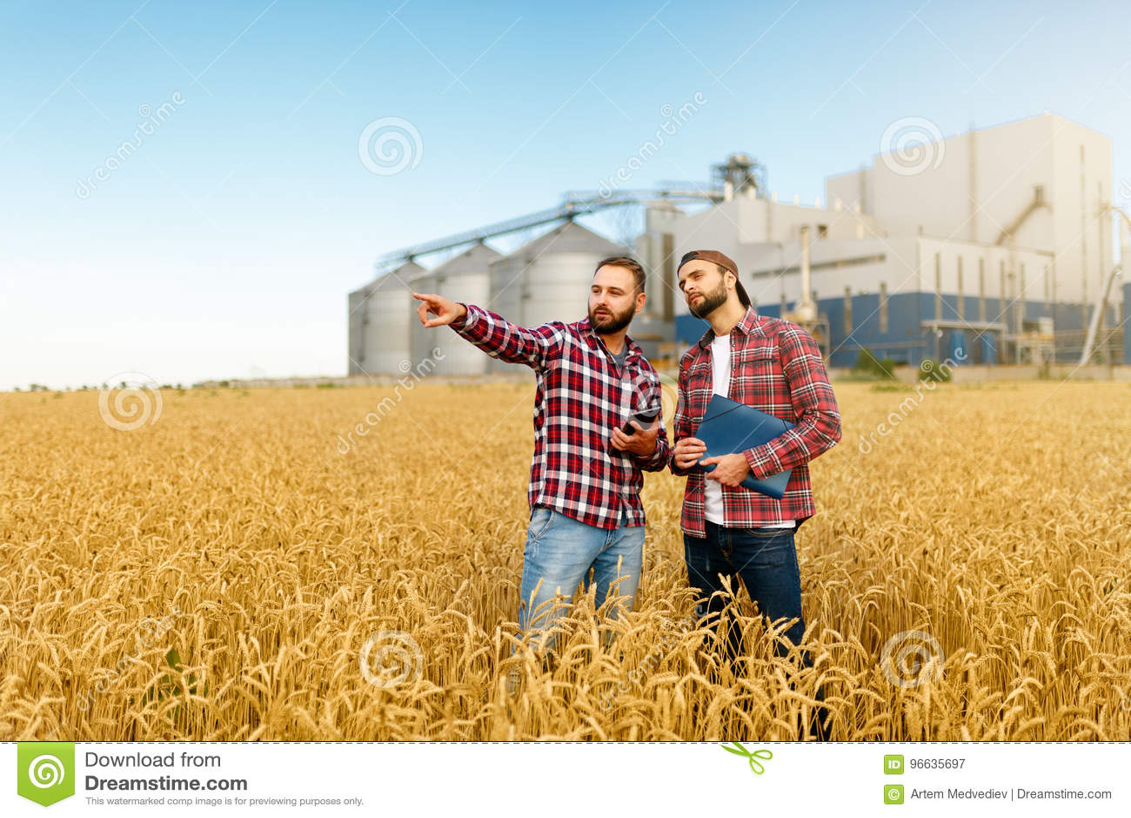 Smart che coltiva facendo uso delle tecnologie moderne nell agricoltura Equipaggi l agricoltore dell agronomo con il computer dig