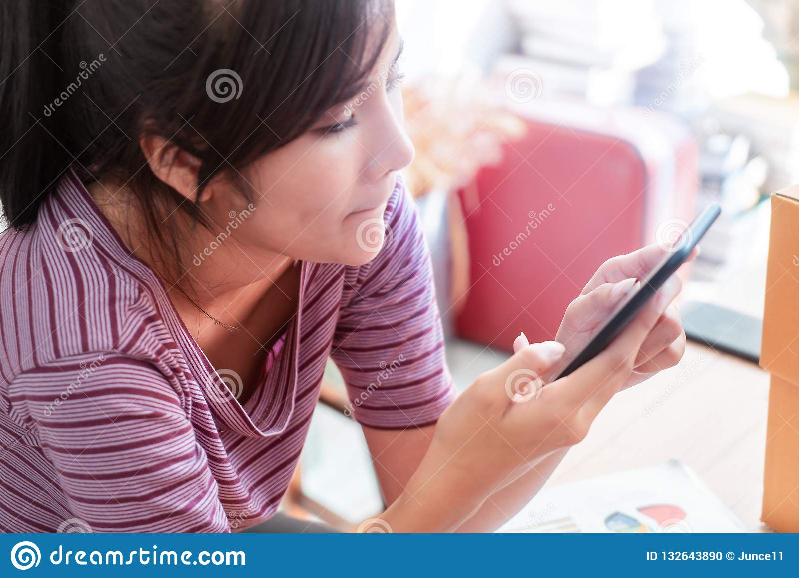 Smart kvinna som använder internet på mobiltelefonen