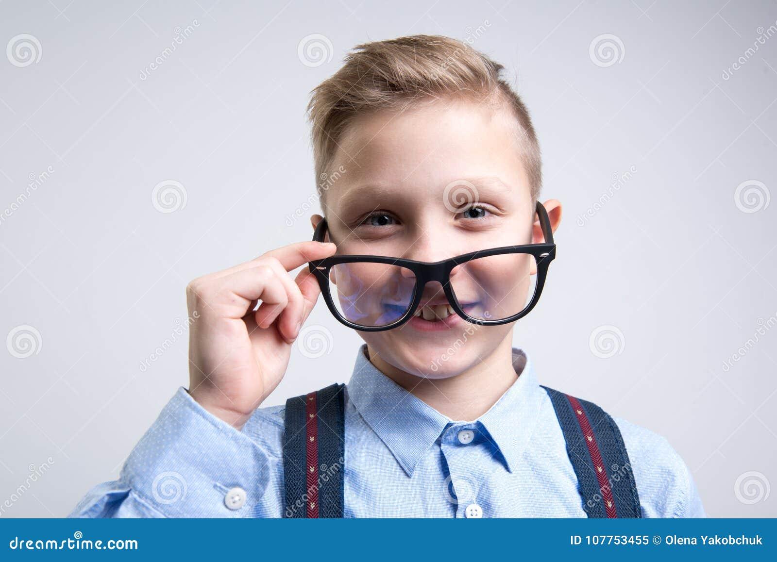 Smart skolbarn som sätter på anblickar