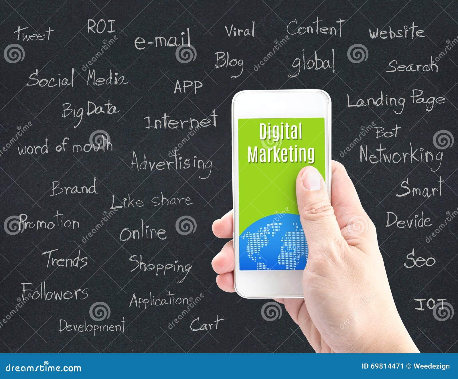 Smart telefon för handinnehav med det Digital marknadsföringsordet och ordet ab