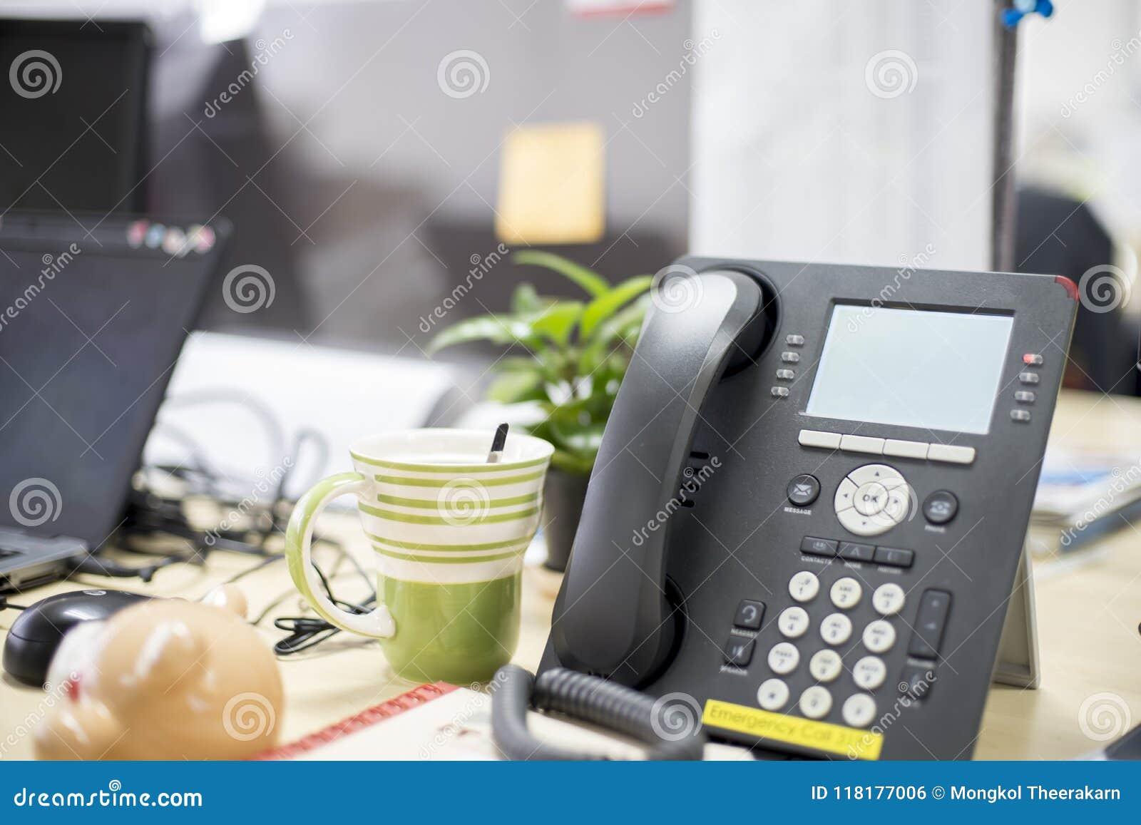 Smart - telefono in ufficio, nella cosa necessaria d aiuto, nelle telefonate, nelle video chiamate e nella conferenza avere e cos