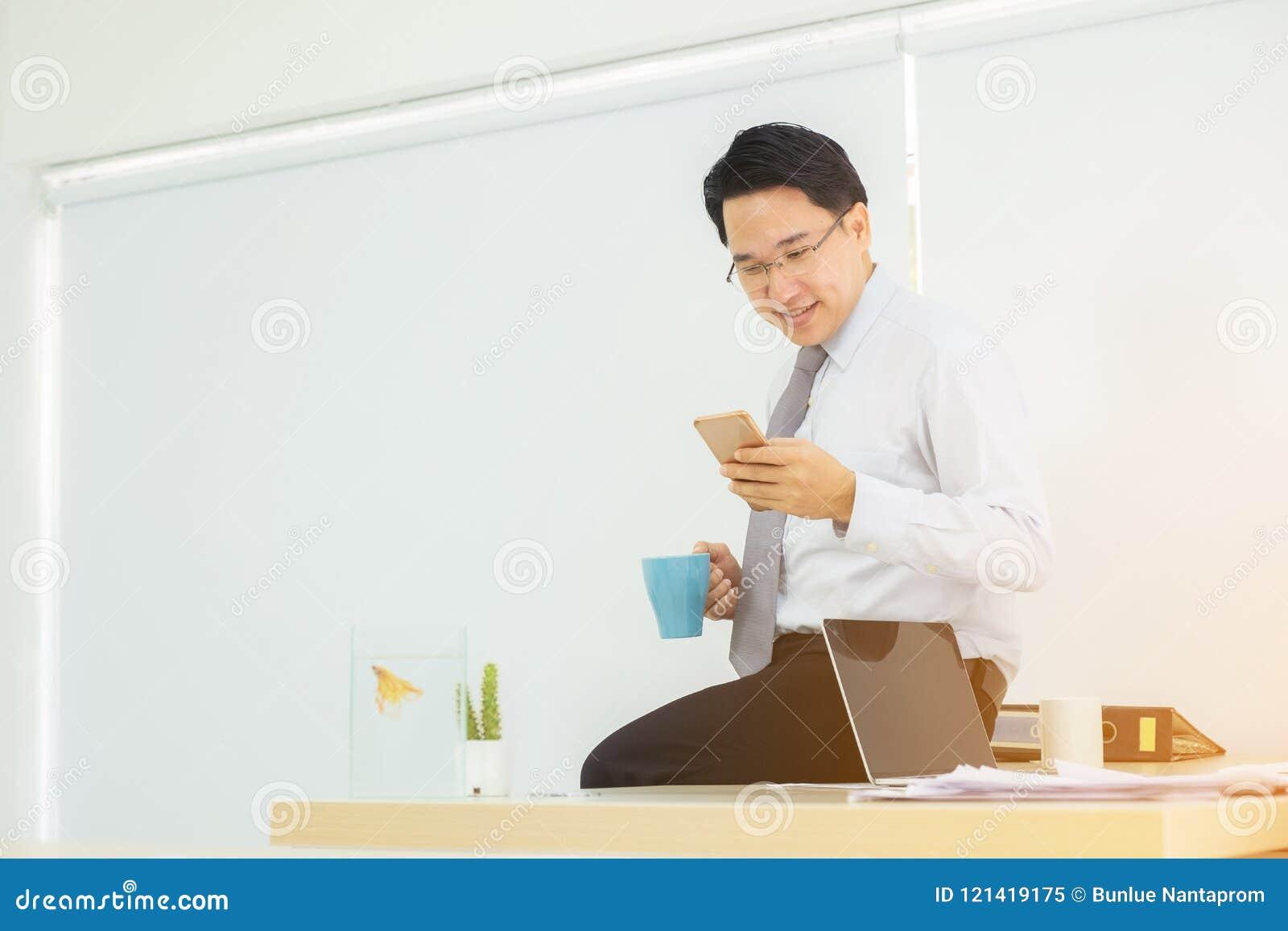 Smartphone à disposition de l homme d affaires pendant la café-coupure vérifiant e