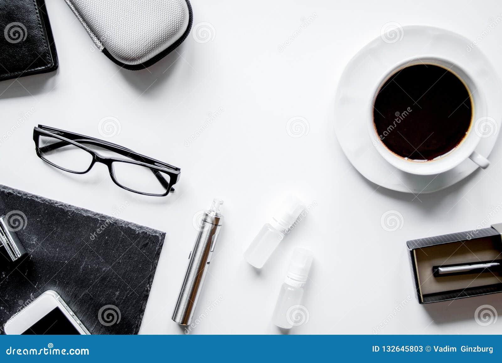 Smartphone, электронная сигарета и взгляд сверху аксессуаров ` s людей