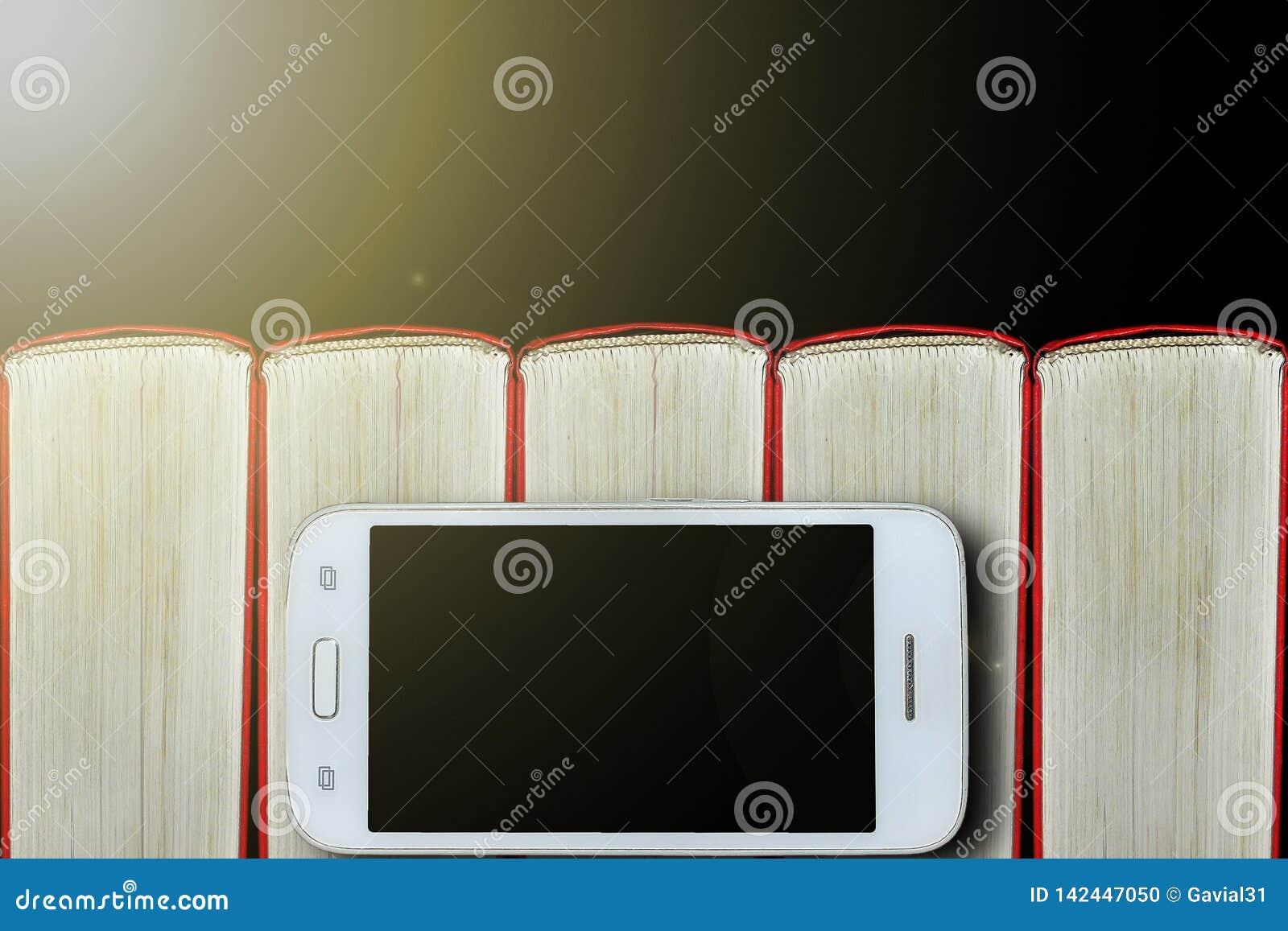 Smartphone auf dem Hintergrund von Büchern Dunkler Hintergrund, Exemplarplatz Konzept: Bücher und elektronische Geräte