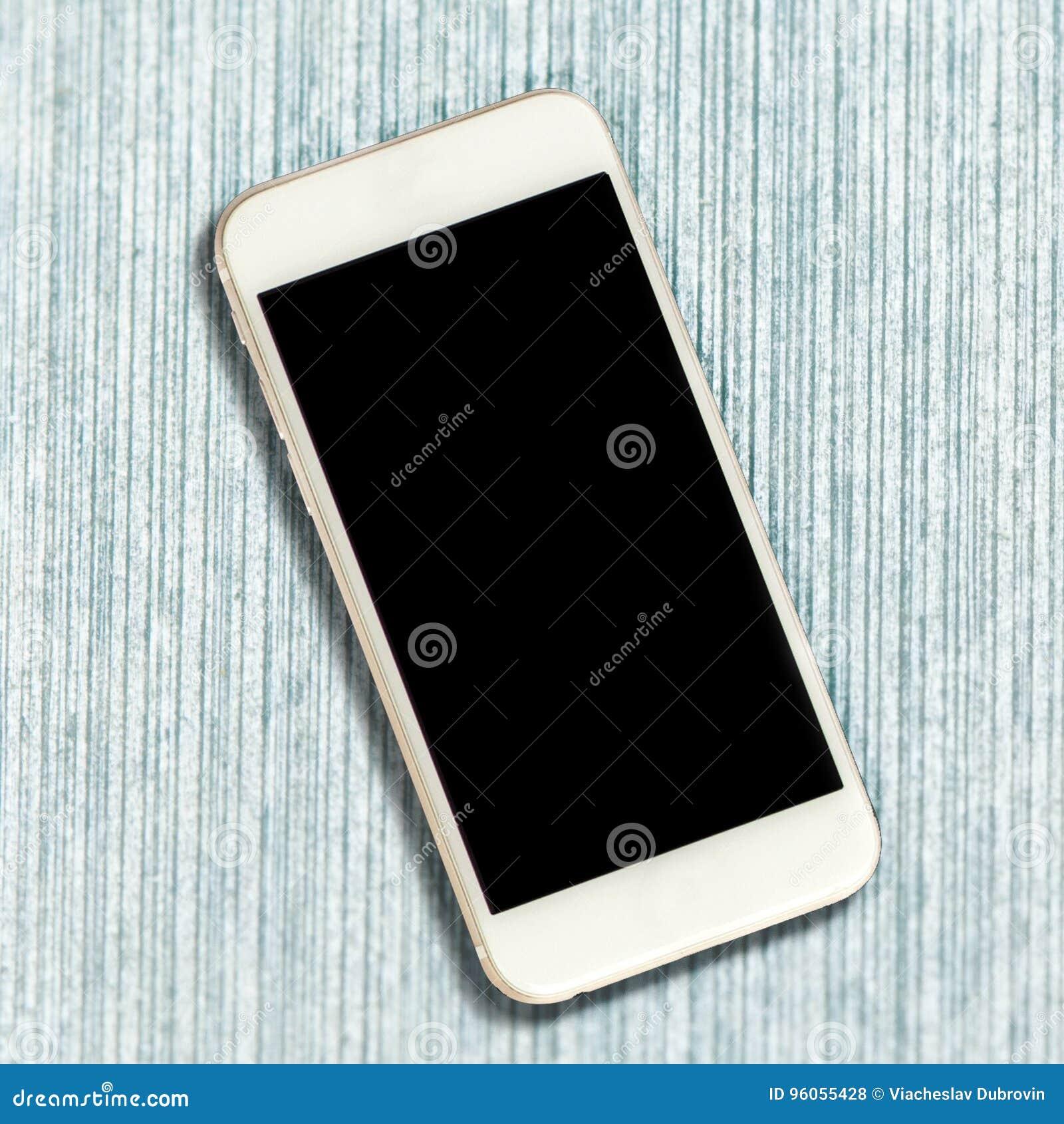 Smartphone blanc avec l écran noir sur le fond en bois bleu