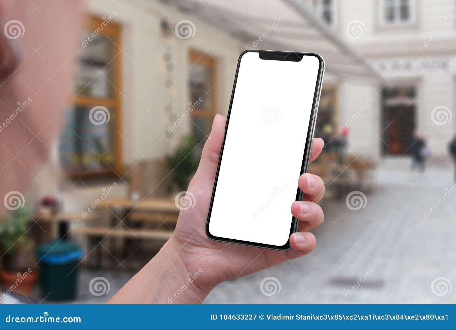 Smartphone X chez la main de la femme Écran d isolement pour la maquette d interface utilisateurs