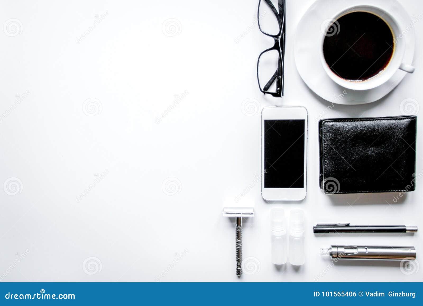 Smartphone, cigarro eletrônico e opinião superior dos acessórios do ` s dos homens
