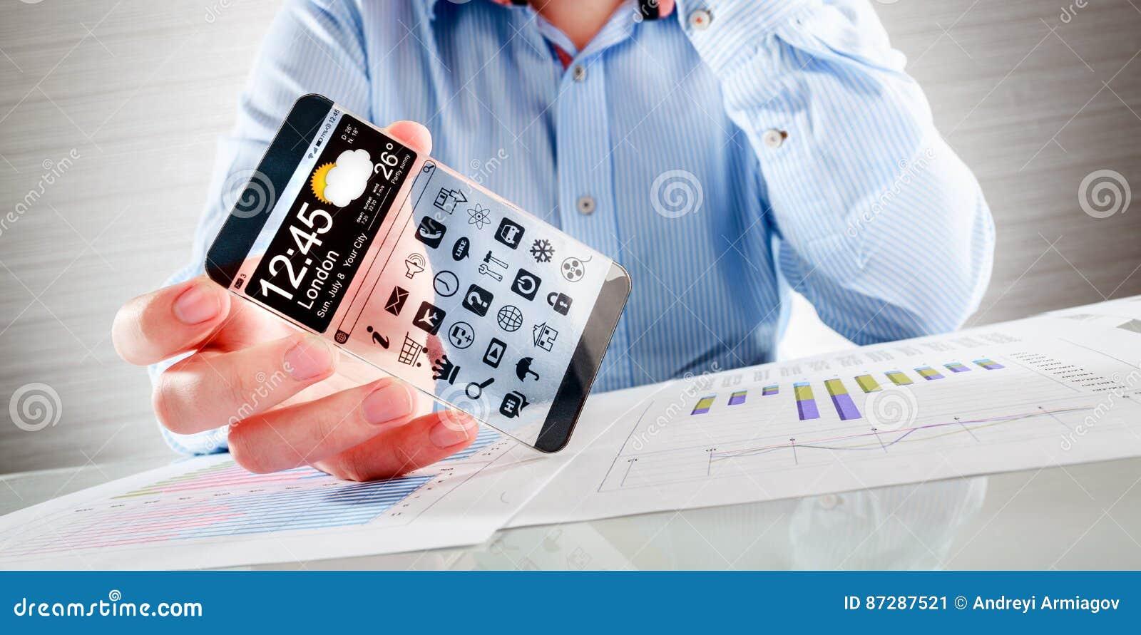 Smartphone com a tela transparente nas mãos humanas