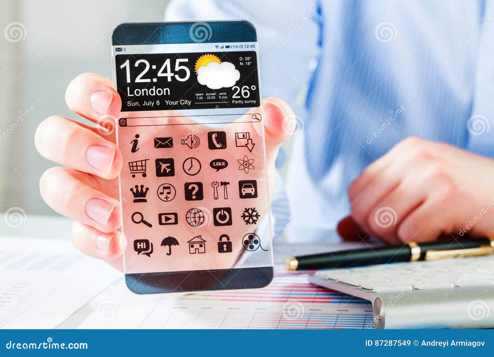 Smartphone con la pantalla transparente en manos humanas